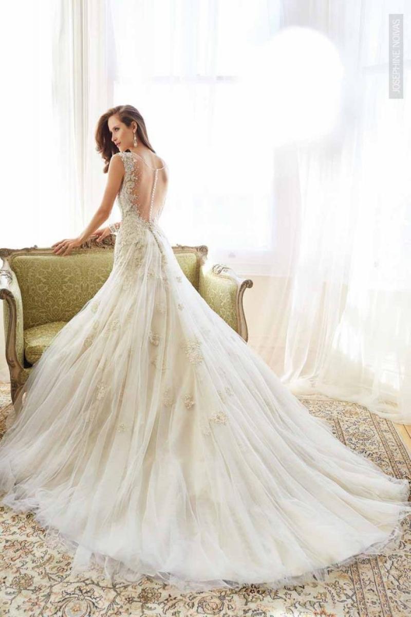 Vestido de Noiva com alças e costas na transparência decote V com bordado em cristais semi sereia