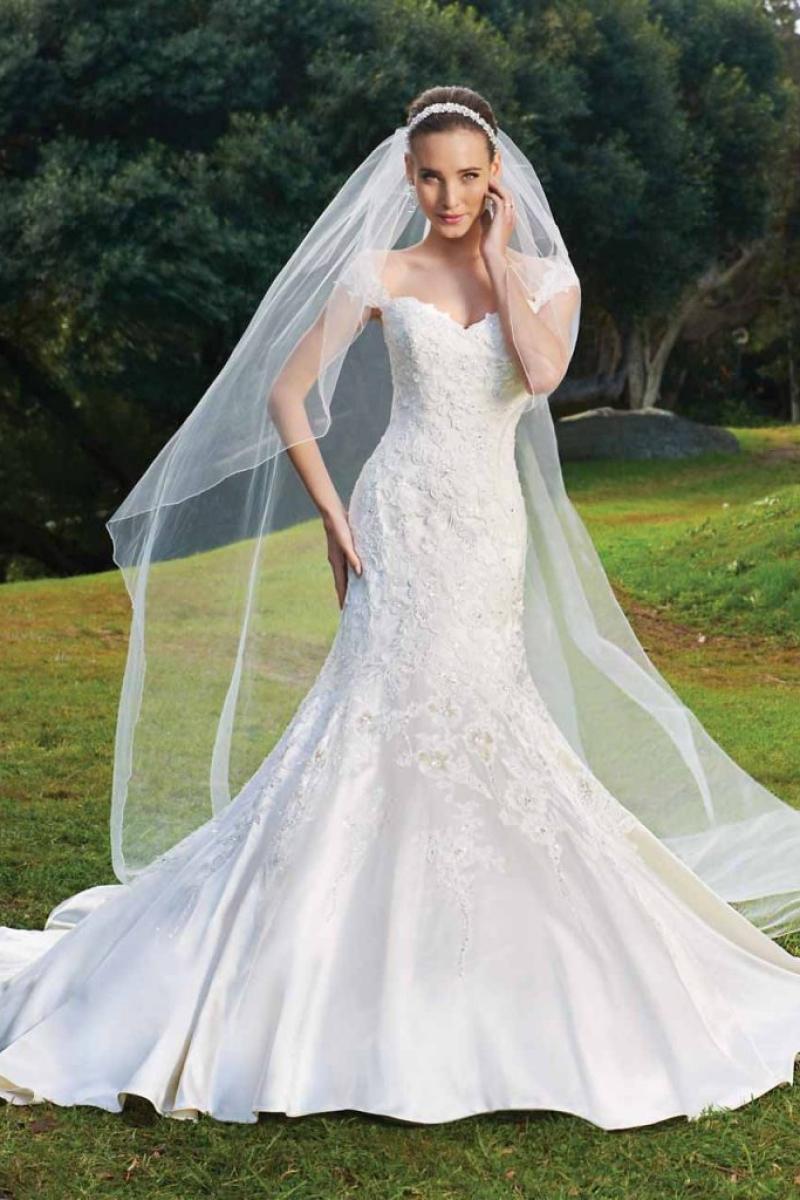 Vestido de Noiva ombro a ombro corte sereia em renda rebordada em pedrarias corselet e cauda
