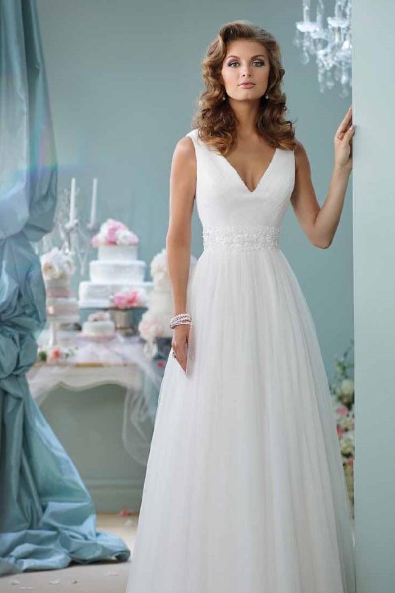 Vestido de noiva corte linha A com camadas transparentes de tule corpete assimetricamente com decote em V profundo uma faixa larga de apliques florais frisados dá ênfase à cintura natural