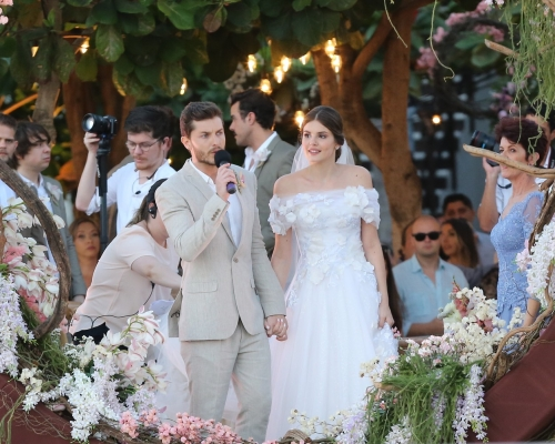 Vestido de casamento da atriz Camila Queiroz é inspiração para noivas de SJC