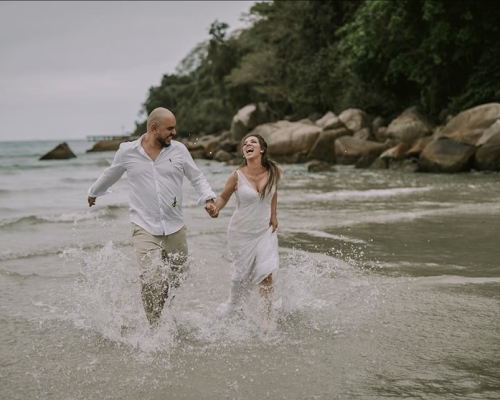A renovação de votos na praia ao estilo elopement wedding da Juliana e Mário contou com a Josephine Noivas
