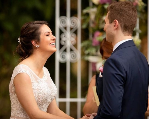 Vestido de noiva e traje do noivo moderno