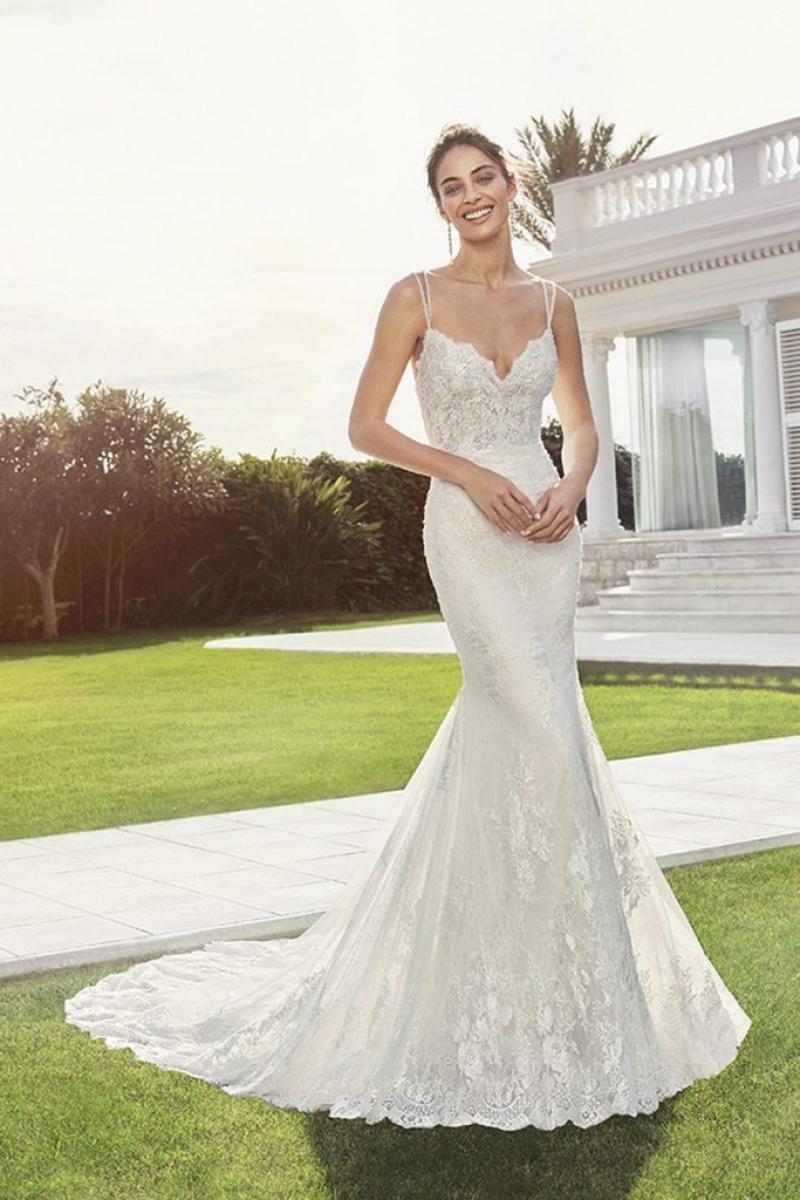 Vestido de Noiva Rosa Clara Charlote cor off White Modelo Semi sereia com alças finas transçadas.