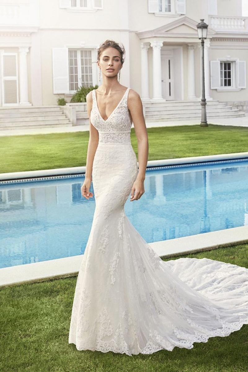 Vestido de Noiva Rosa Clara Chery cor Off White Modelo Semi Sereia com alças finas.