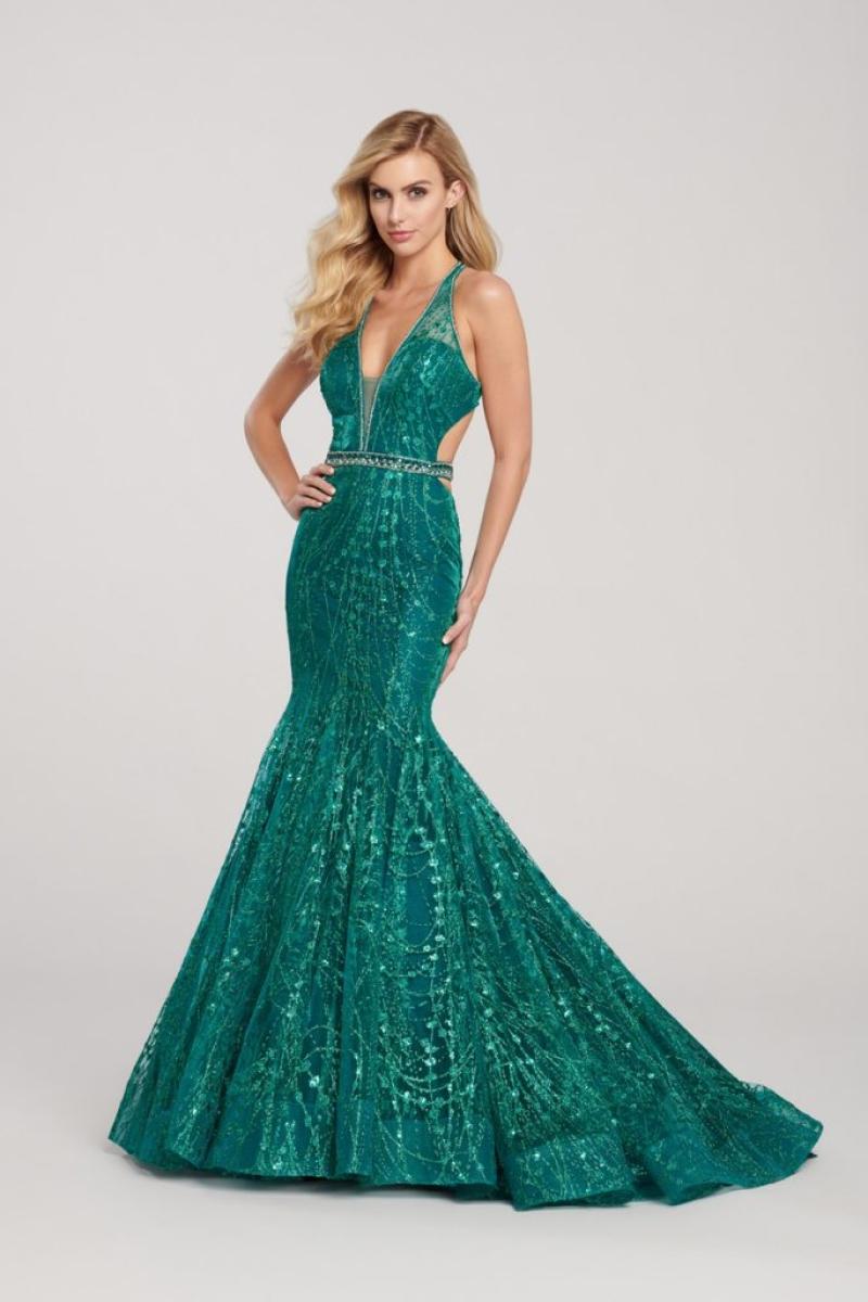 vestido de festa longo com decote frente única vem acompanhado de uma profunda abertura nas costas, o corte sereia e o bordado todo em pedrarias valorizam o modelo, na cor esmeralda