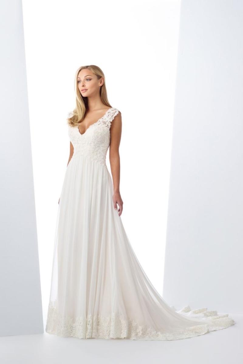 vestido de noiva traz um decote ombro a ombro incrível, seu corpo todo trabalhado em renda e a saia lânguida com um barrado largo em renda tornam esse modelo simplesmente maravilhoso.