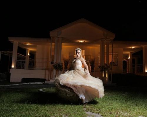 A debutante Victória teve seu dia de princesa em uma festa de 15 anos maravilhosa