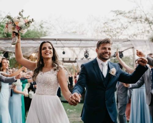 Priscila e Rafael | Casamento ao ar livre traz a natureza como um lindo plano de fundo