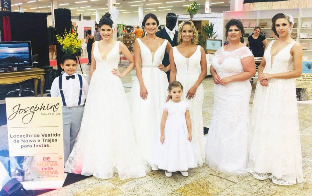 Modelos com vestidos de noiva após desfile.